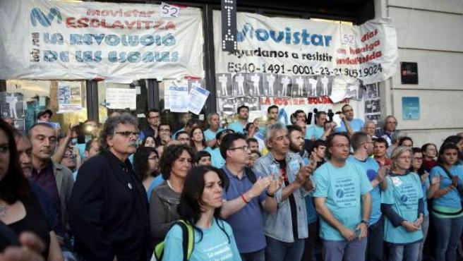 Varios trabajadores subcontratados por Telefónica protestan en el Mobile World Center (MWC) de Barcelona.
