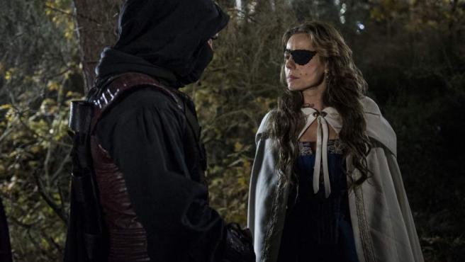 El superhéroe Águila Roja conversa con la marquesa, en una escena de la octava temporada de la serie de La 1.