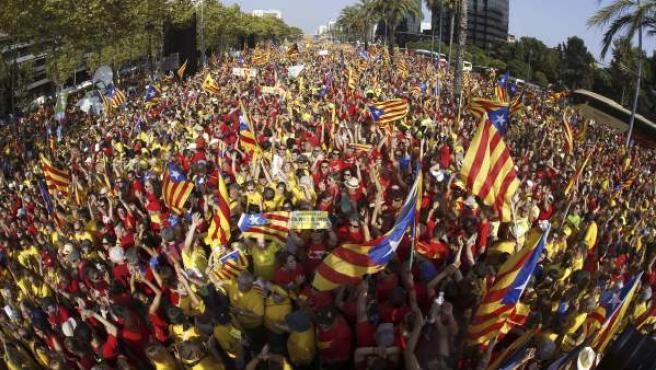 Miles de personas se han concentrado con camisetas rojas y amarillas en la Avenida Diagonal y la Gran Vía de Barcelona a favor de una consulta soberanista el 9 de noviembre.