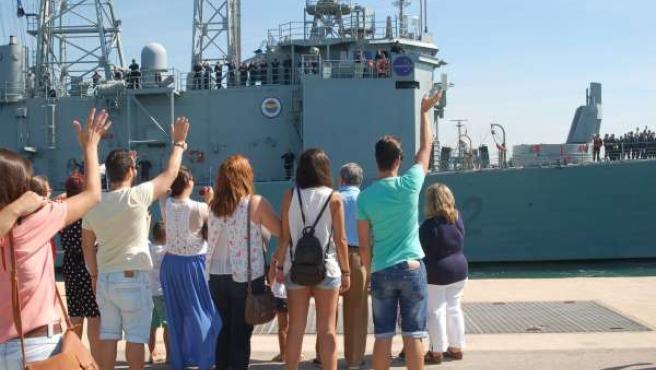Familiares despiden a la tripulación de la fragata Victoria en Rota