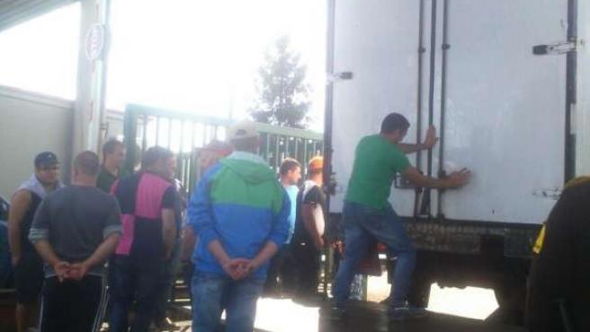 Salida de camiones del almacén de DIA