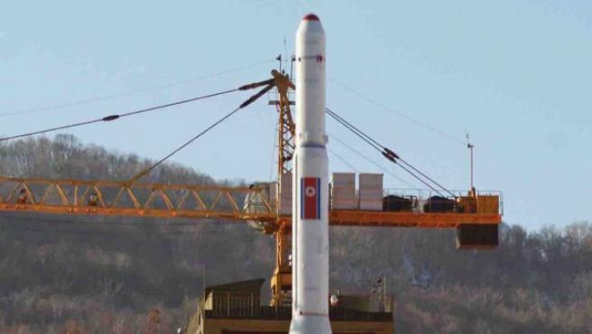 Fotografía suministrada por la Agencia central de noticias norcoreana (KCNA) que muestra al cohete Unha-3 siendo lanzado en diciembre de 2012 de la Estación de Lanzamiento de Satélites de Sohae en Cholsan (Corea del Norte).