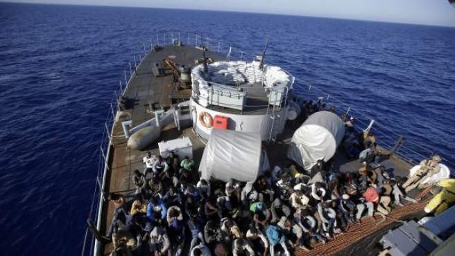 Decenas de inmigrantes, trasladados a la costa tras ser rescatados en el Mediterráneo.