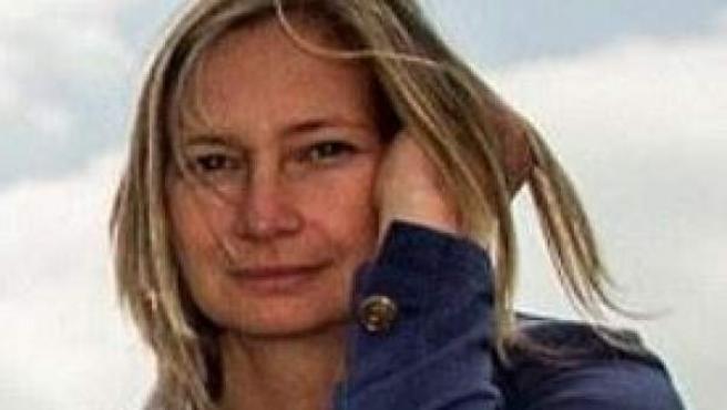 Petra Laszlo, la periodista húngara que ha sido sorprendida golpeando a refugiados sirios.cc