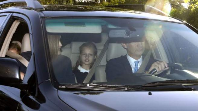 Los reyes de España, Felipe y Letizia, acompañan a sus hijas en su primer día de colegio.