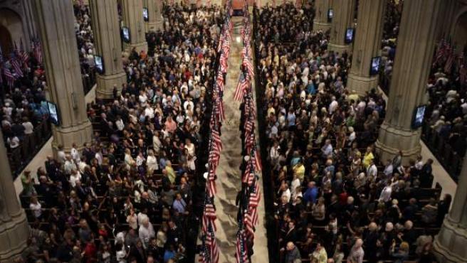 Miles de personas recordaron a los bomberos fallecidos en las labores de rescate del 11S, en una ceremonia que tuvo lugar en la catedral de St. Patrick, en Nueva York.
