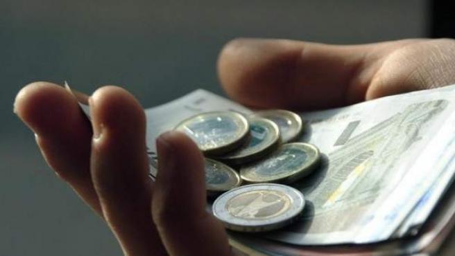 Imagen de archivo de monedas y billetes de euro.