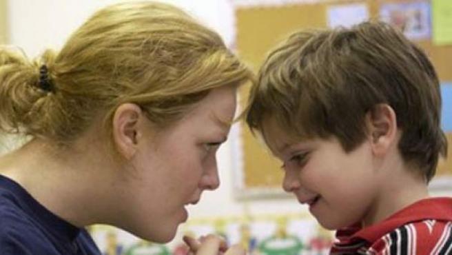 Una madre juega con su hijo, afectado de autismo.