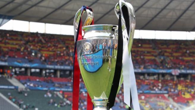 El trofeo que reconoce al campeón de la Champions, fotografiado momentos antes de la final entre la Juventus de Turín y el Fútbol Club Barcelona.