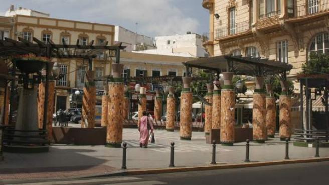 Una mujer camina por una plaza en Melilla.