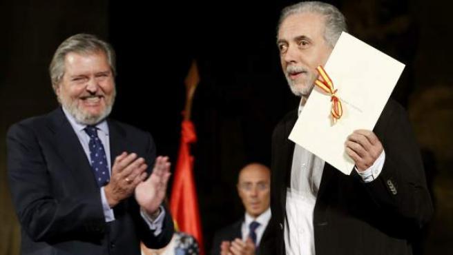 El cineasta Fernando Trueba (Madrid, 1955), ha recogido de manos del ministro de Cultura, Íñigo Méndez de Vigo, el Premio Nacional de Cinematografía 2015