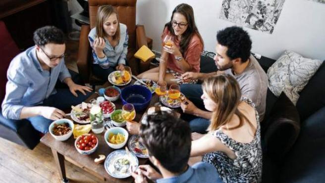 Imagen cedida por Vizeat, una de las webs que participan en el fenómeno del social dining o casas que se convierten en restaurantes. Esta práctica, muy popular en Francia, va más allá de cocinar un menú a los huéspedes, se trata más bien de un intercambio cultural y un negocio diferente.