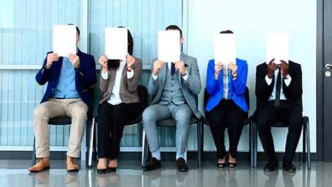 Cola de personas esperando para una entrevista de trabajo.