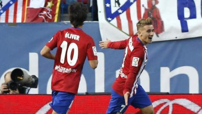 Antoine Griezmann y Oliver Torres celebran el gol del francés en el Atlético - Getafe.