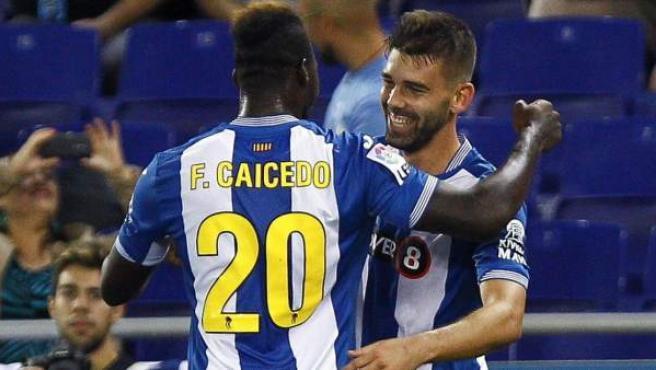 Víctor Álvarez y Felipe Caicedo celebran el gol del Espanyol ante el Valencia.