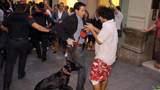 Un escolta del presidente del Gobierno, Mariano Rajoy, echa mano a su pistola ante un manifestante con el que tuvo un cara a cara en una marcha independentista en Reus (Tarragona). La manifestación protestaba contra los recortes del ejecutivo español y contra la presencia del presidente en la ciudad tarraconense.