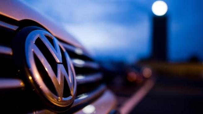 El logo de Volkswagen de un vehículo aparcadoen la planta de la empresa en Wolfsburgo (Alemania).