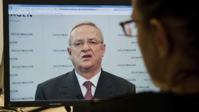 Una mujer observa en el ordenador al presidente del grupo automovilístico alemán Volkswagen, Martin Winterkorn en Hanover.