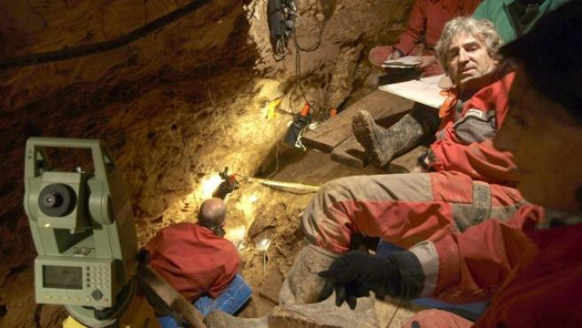 Fotografía facilitada por el Museo de la Evolución Humana de Burgos de los trabajos desarrollados en la denominada Sima de los Huesos del yacimiento de Atapuerca.
