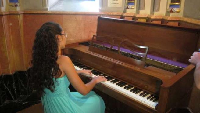 María Linares tocando le piano de ensayo de José Iturbi
