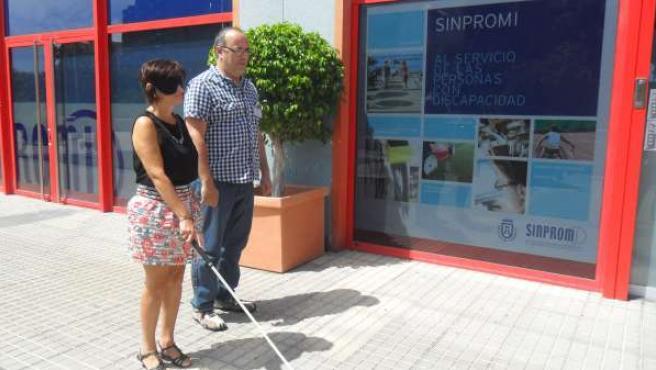 Persona con discapacidad ante la sede de Sinpromi
