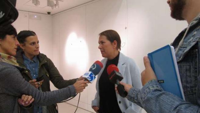Barkos atendiendo a los periodistas