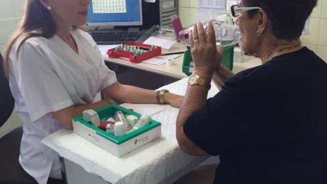 Una paciente es atendida en el Hospital Doctor Peset