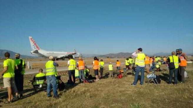 Un grupo de aficionados a fotografiar aviones en el aeropuerto de Málaga