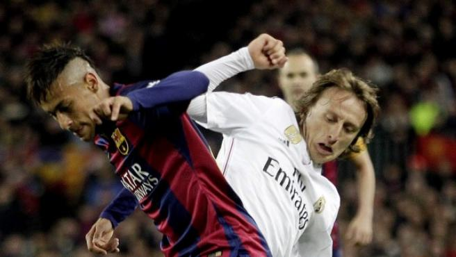 Luka Modric lucha por un balón con Neymar en un Barça - Madrid.