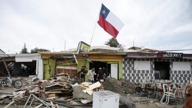Personas retiran escombros por los destrozos ocasionados por el tsunami posterior al terremoto 8,4 de magnitud en la escala de Richter que ha sufrido Chile, concretamente en el puerto de la localidad costera de Tongoy.