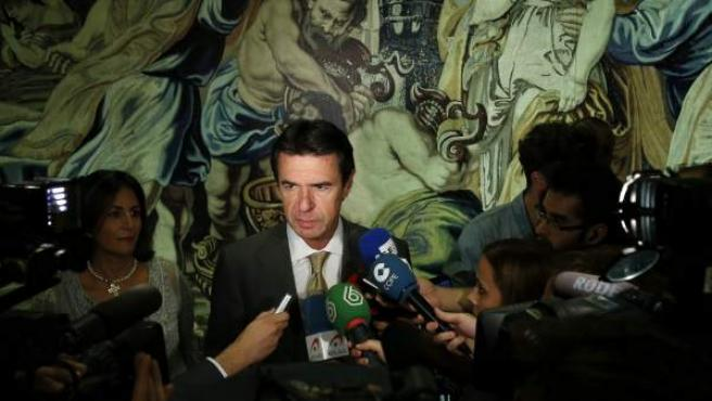 """El ministro de Industria, Energía y Turismo, José Manuel Soria, atiende a los medios durante la inauguración de la exposición """"Paradores de Turismo. La colección artística""""."""