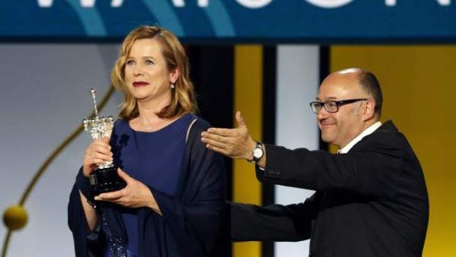 La actriz británica Emily Watson recibe el Premio Donostia de manos del director del Festival de Cine de San Sebastián, José Luis Rebordinos, en la 63 edición del certamen.