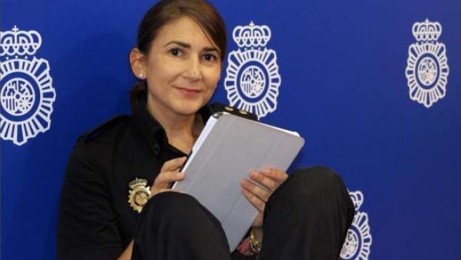 La inspectora del Cuerpo Nacional de Policía Carolina González es la responsable de la cuenta en Twitter de la institución.