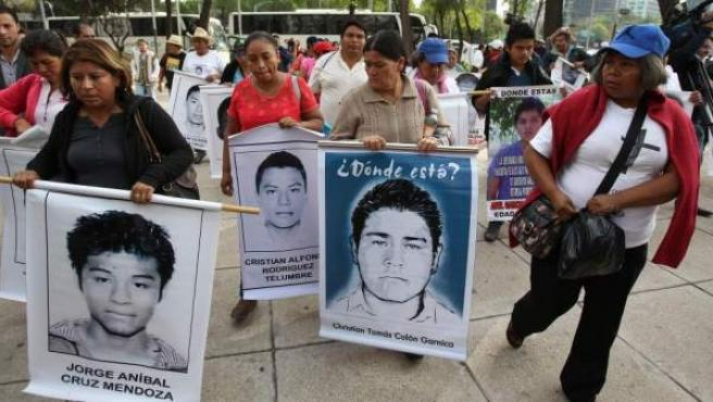 Padres de los estudiantes desaparecidos en Iguala asisten a la sede del Senado, en Ciudad de México (México).