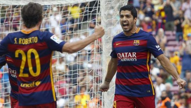 El delantero uruguayo Luis Suárez celebra con Sergi Roberto su gol ante la UD Las Palmas.