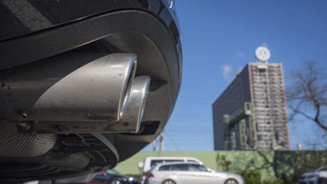 Detalle del tubo de escape de un Volkswagen Passat en el parking de empleados de la compañía en Wolfsburgo (Alemania).