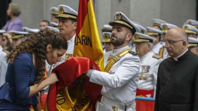 Una mujer jura la bandera española en el Paseo del Prado.