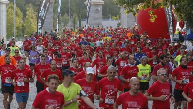 Cientos de personas durante la VI Carrera popular del corazón en Madrid, a favor de la investigación cardiovascular y la prevención de las enfermedades del corazón.