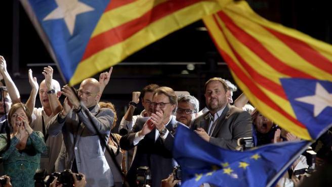 El presidente catalán, Artur Mas (c), el cabeza de lista de Junts pel Sí, Raül Romeva (2i), y el presidente de ERC, Oriol Junqueras (d) durante la celebración con sus simpatizantes de los resultados electorales dentro del recinto del Born Centre Cultural de Barcelona.