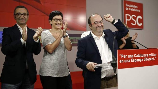 El candidato del PSC, Miquel Iceta (d), durante su valoración ante los medios de comunicación en la sede de los socialistas catalanes en Barcelona, de los resultados obtenidos en las elecciones catalanas.