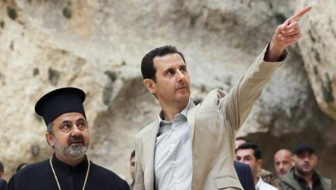 El presidente sirio Bachar al Asad (derecha) durante una visita a la ciudad predominantemente cristiana de Malula, en Siria.