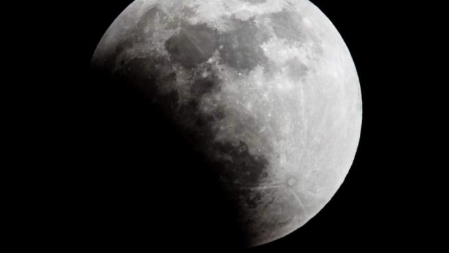 Imagen que muestra una de las fases del eclipse total de luna durante el fenómeno natural llamado superluna, desde la ciudad de Caracas (Venezuela).