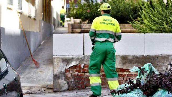 Un operario realizando labores de limpieza de urgencia en el barrio del Pilar (Madrid).
