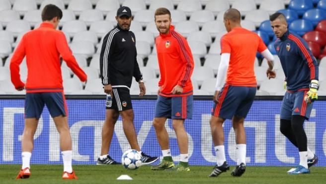 El entrenador portugués del Valencia CF, Nuno Espirito Santo (2i), dirige el entrenamiento del equipo en el estadio Gerland de Lyon.