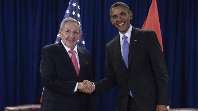 El presidente de Estados Unidos, Barack Obama, se reúne con su homólogo cubano, Raúl Castro, en la sede de las Naciones Unidas, en Nueva York.