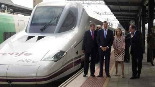 Mariano Rajoy, junto a la ministra de Fomento, Ana Pastor; el presidente de Castilla y León, Juan Vicente Herrera (d); y el alcalde de León, Antonio Silván (i), en la inauguración del AVE a la ciudad.
