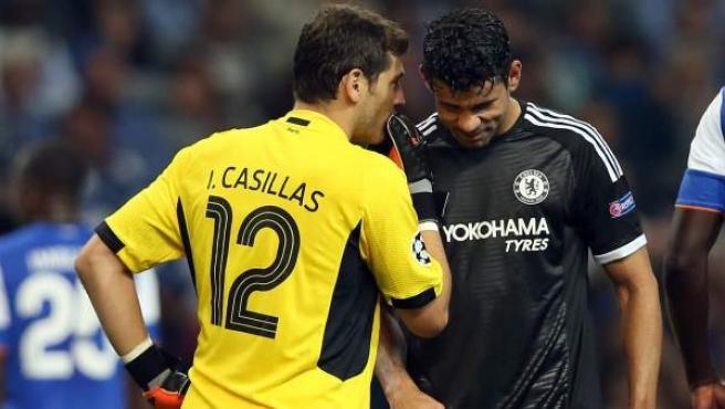 Casillas y Diego Costa conversan durante el Oporto - Chelsea.