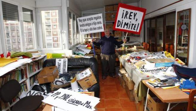 Martín Sagrera posa con las pancartas que ha exhibido por Madrid en el interior de su casa.