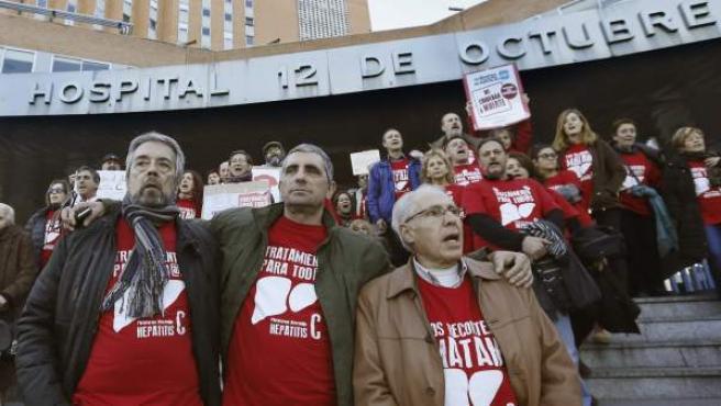 El presidente de la plataforma de afectados por la Hepatitis C, Mario Cortés (c), entre otros, a las puertas del Hospital 12 de Octubre de Madrid.