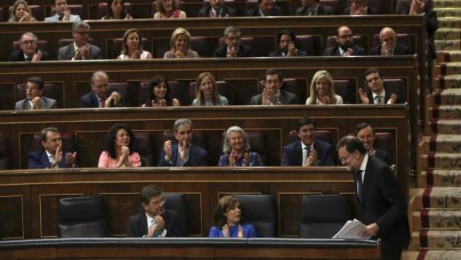 El presidente del Gobierno, Mariano Rajoy, recibe los aplausos de los diputados de su grupo tras una de sus últimas intervenciones en el pleno del Congreso.